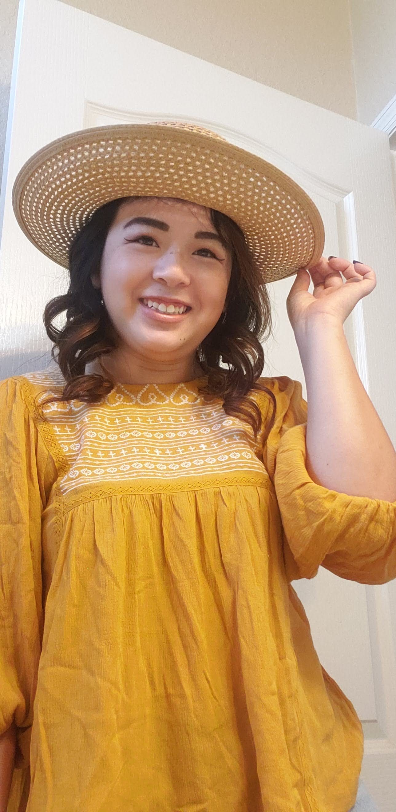 I've had this hat for 2 months, and I have been waiting to wear it out. Thankfully, Shannon recommended this top, with a pair of shorts she sent me, and a hat. Doesn't it look absolutely adorable?